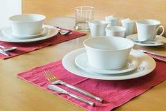 Комплект белых плиты и сервировки стола Стоковые Изображения RF