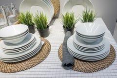 Комплект белых плит на таблице Стоковая Фотография
