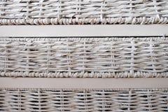 Комплект белых сплетенных ящиков против стены Стоковые Фото