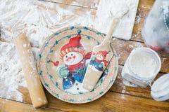 Комплект блюд украшенных с снеговиком изображения Стоковое фото RF