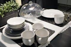 Комплект блюд фарфора, шаров, плит и кофейных чашек Стоковые Фото