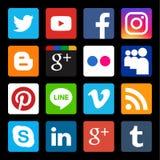 Комплект вектора популярного социального значка средств массовой информации в черной предпосылке Стоковые Изображения