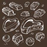 Комплект вектора шоколадов сдержанных эскизами Сладостные крены, застекленные бары, бобы кака Изолированные объекты на темной пре Стоковые Изображения RF