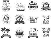 Комплект вектора ярлыков сезона лета в винтажном стиле Элементы дизайна, значки, логотип Летнего лагеря, праздники пляжа, тропиче Стоковая Фотография RF