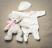 Комплект вещества и плюшевого медвежонка моды ультрамодного для newborn младенца Стоковое Фото