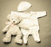 Комплект взгляд сверху вещества моды ультрамодного для newborn младенца в годе сбора винограда Стоковые Фотографии RF
