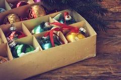 Комплект винтажного украшения рождества в коробке Стоковое Изображение