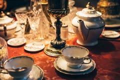Комплект винтажного dinnerware на красной таблице стоковое изображение