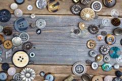 Комплект винтажных кнопок на постаретых деревянных досках Стоковое Изображение