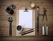 Комплект винтажных элементов и кожаной доски сзажимом для бумаги с белой страницей Стоковая Фотография RF