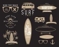 Комплект графиков и эмблем года сбора винограда занимаясь серфингом для веб-дизайна или печати Серфер, дизайн логотипа стиля пляж бесплатная иллюстрация