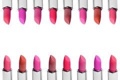 Комплект губных помад цвета аранжировал в линии изолированной на белой предпосылке Строки губной помады красных, розовых и вина Стоковое Изображение