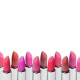 Комплект губных помад цвета аранжировал в линии изолированной на белой предпосылке Строка губной помады красных, розовых и вина с Стоковые Изображения
