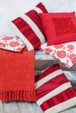 Комплект декоративных красных подушек Стоковое фото RF