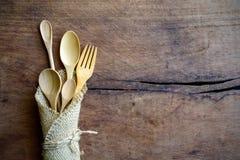 Комплект деревянных ложки и вилки на деревянном столе Стоковые Изображения