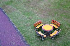 Комплект деревянных стула и таблицы Стоковые Изображения