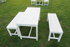 Комплект деревянных таблицы и стула на траве Стоковые Изображения