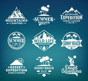Комплект лета вектора, горы и внешнего логотипа приключений Стоковая Фотография