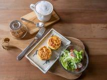 Комплект еды, салата, испек шпинат с сыром и кофе стоковое изображение