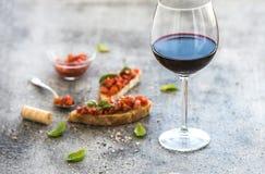 Комплект закуски вина Стекло красного вина, brushettas Стоковая Фотография