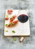 Комплект закуски вина Стекло красного вина, brushettas Стоковая Фотография RF