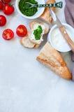 Комплект ингридиентов для bruschettas с козий сыром, соусом песто Стоковое Фото