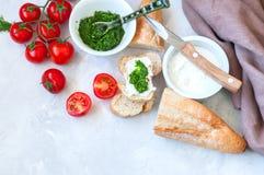 Комплект ингридиентов для bruschettas с козий сыром, соусом песто Стоковая Фотография