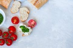 Комплект ингридиентов для bruschettas с козий сыром, соусом песто Стоковые Изображения