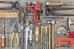 Комплект инструментов включая струбцины, молоток опытного человека, отвертка, ключ Стоковые Фото