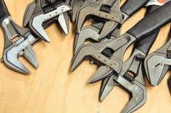 Комплект инструментов в винтажном стиле изображения комплект ручных резцов на деревянной предпосылке, инструментах ключа или ключ Стоковое Изображение RF