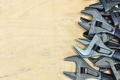 Комплект инструментов в винтажном стиле изображения комплект ручных резцов на деревянной предпосылке, инструментах ключа или ключ Стоковые Фото