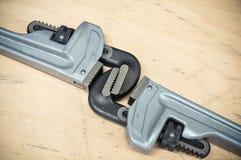 Комплект инструментов в винтажном стиле изображения комплект ручных резцов на деревянной предпосылке, инструментах ключа или ключ Стоковое Фото