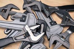 Комплект инструментов в винтажном стиле изображения комплект ручных резцов на деревянной предпосылке, инструментах ключа или ключ Стоковая Фотография