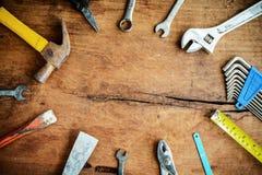 Комплект инструментов работы на предпосылке старого grunge деревянной Стоковое фото RF