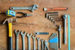 Комплект инструментов работы на старой предпосылке древесины grunge Стоковое Изображение RF