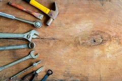 Комплект инструментов работы на старой предпосылке древесины grunge Стоковое фото RF