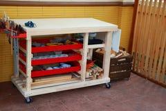 Комплект инструментов для woodworking на верстаке Стоковая Фотография RF