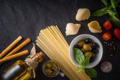 Комплект итальянской еды на черном каменном взгляде столешницы Стоковое Изображение RF