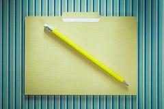 Комплект карандаша папки офиса на stripy предпосылке Стоковая Фотография