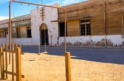Комплект качания и покинутая школа Стоковое Изображение RF