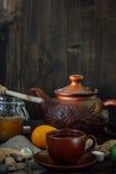 Комплект керамических чайника и чашки с чаем имбиря в ем Стоковые Фотографии RF