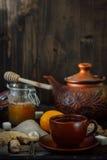 Комплект керамических чайника и чашки с чаем имбиря в ем Стоковое Изображение RF