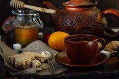 Комплект керамических чайника и чашки с чаем имбиря в ем Стоковая Фотография RF