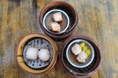 Комплект китайца испарился dimsum в бамбуковых контейнерах Стоковая Фотография RF
