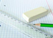 Комплект книги тренировки, карандаша, резины и правителя - комплекта школы Стоковые Фото