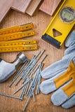 Комплект конструкции инструментов на деревянной доске Стоковое Фото