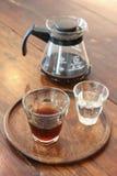 Комплект кофе на деревянном столе, стекле кофе americano и воде в кофейне Стоковое фото RF
