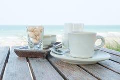 Комплект кофе на пляже Стоковые Изображения RF
