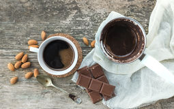 Комплект кофе: cezve (бак кофе) с свеже заваренным кофе, cof Стоковые Изображения