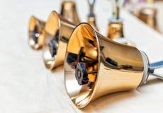 Комплект колокольчиков золота на таблице во время концерта Стоковая Фотография